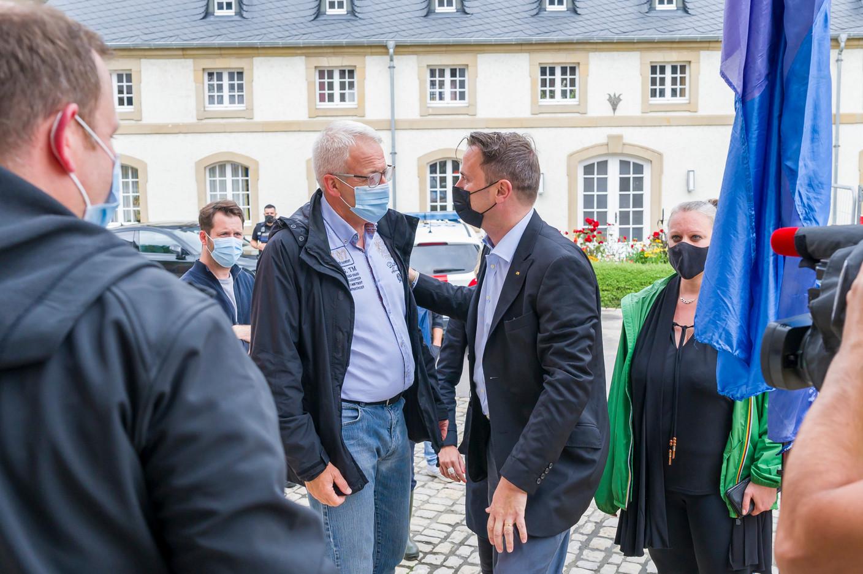 Xavier Bettel, the prime minister (DP), speaks with Yves Wengler, mayor of Echternach (CSV), during an inspection of flooding in the town, 15 July 2021. SIP / Jean-Christophe Verhaegen