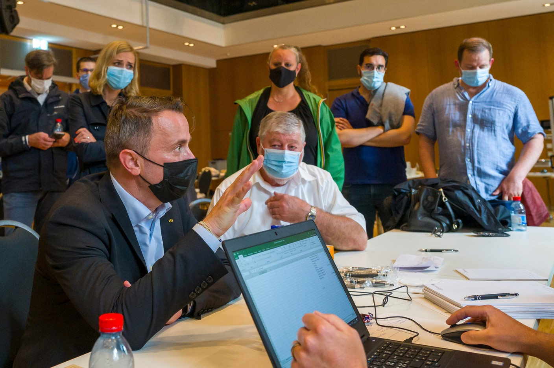 Xavier Bettel, the prime minister (DP), speaks with local officials in Echternach, 15 July 2021. SIP / Jean-Christophe Verhaegen