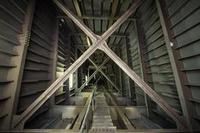 Perspective plongeante vers le bas d'une des béquilles du pont. ((Photo: Nader Ghavami))