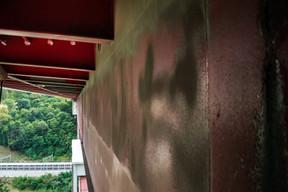 Le Pont Rouge n'est rouge qu'à l'extérieur. ((Photo: Nader Ghavami))
