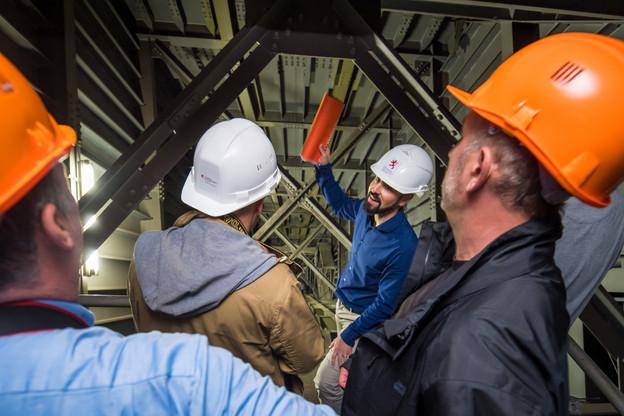 Gilberto Fernandes, des Pont et Chaussées, explique que des poutrelles de renforcement ont été placées en plusieurs endroits de la structure. (Photo: Nader Ghavami)