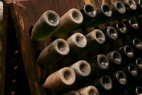Au fil du kilomètre de galeries creusées entre 1919 et 1921 dans la roche calcaire, cuves de fermentation et bouteilles au repos se côtoient dans des conditions idéales et constantes. (Romain Gamba/Maison Moderne)