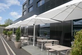 Le restaurant dispose d'une terrasse latérale. ((Photo: Matic Zorman / Maison Moderne))
