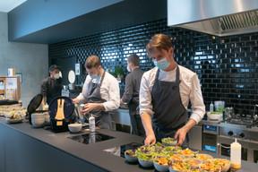 En cuisine, les plats sont dressés pour les invités. ((Photo: Matic Zorman / Maison Moderne))