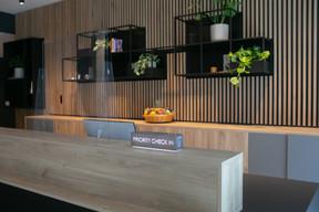 À l'accueil, beaucoup de bois et des plantes vertes créent une ambiance conviviale. ((Photo: Matic Zorman / Maison Moderne))