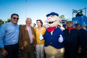 Sven Clement (Député), Claudine Konsbruck (Ministère d'État) et la mascotte de la Schueberfouer, Lämmy ((Photo: Nader Ghavami))