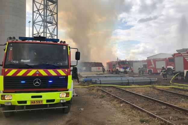 70 pompiers sont intervenus sur le site de l'usine de Kronospan à Sanem. (Photo: CGDIS/Facebook)
