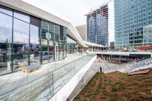 17 des 22commerces seront accessibles ce jeudi – Delhaize et le restaurant Lounge Act One ont d'ailleurs déjà ouvert – «et les cinq autres seront terminés en début d'année prochaine», ajoute OlivierBastin, CEO d'Immobel Luxembourg, promoteur du projet. (Photo: Anthony Dehez)