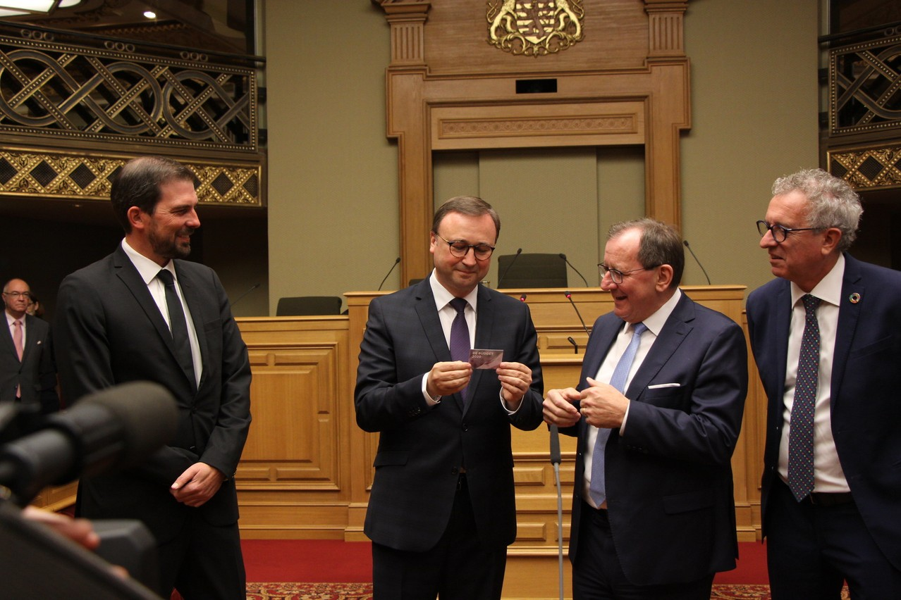 Le projet de budget est entre les mains du président de la commission des finances, André Bauler,du rapporteur Yves Cruchten (à gauche sur la photo),  du président de la Chambre Fernand Etgen et du ministre des Finances Pierre Gramegna. (Photo: Chambre des députés)