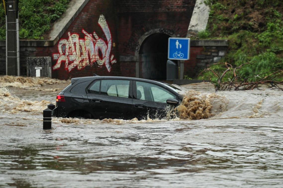 En Belgique, plusieurs rivières sont sorties de leur lit et ont causé d'importants dégâts. Le pays compte déjà sept morts. (Photo: Twitter)