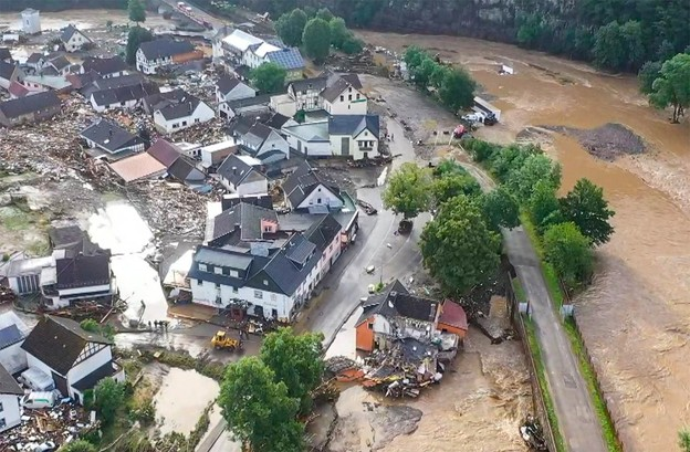 En Rhénanie-Palatinat, médias et autorités diffusent les images aériennes de paysages de désolation. (Photo:@rlpNews / Twitter)