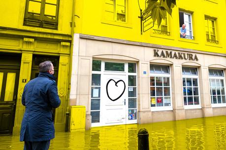 Le 15 juillet, alors que le Kamakura est encore les pieds dans l'eau, son patron historique, Hajime Miyamae, s'entretient avec le Premier ministre Xavier Bettel depuis sa fenêtre. (Photo: Maison Moderne)