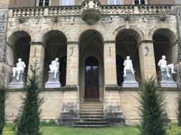 Quatre colosses, aux mains liés derrière le dos, ornent la loggia du château. ((photo: Paperjam))