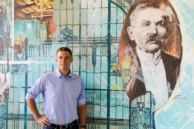 Michel Bradtke, à côté d'un portrait de son aïeul, le maître-vitrier Auguste Bradtke, fondateur de l'entreprise familiale. (Photo: Romain Gamba / Maison Moderne)