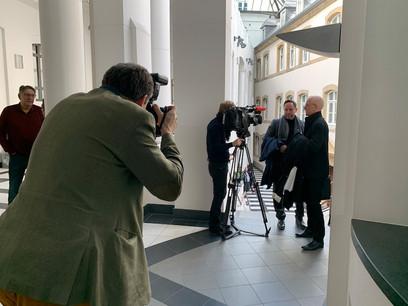 Me Pol Urbany (à droite) témoigne du «grand soulagement» de son client, André Kemmer (2e droite), de se voir relaxé après sept ans de procédure. (Photo: Nader Ghavami / archives / Maison Moderne)