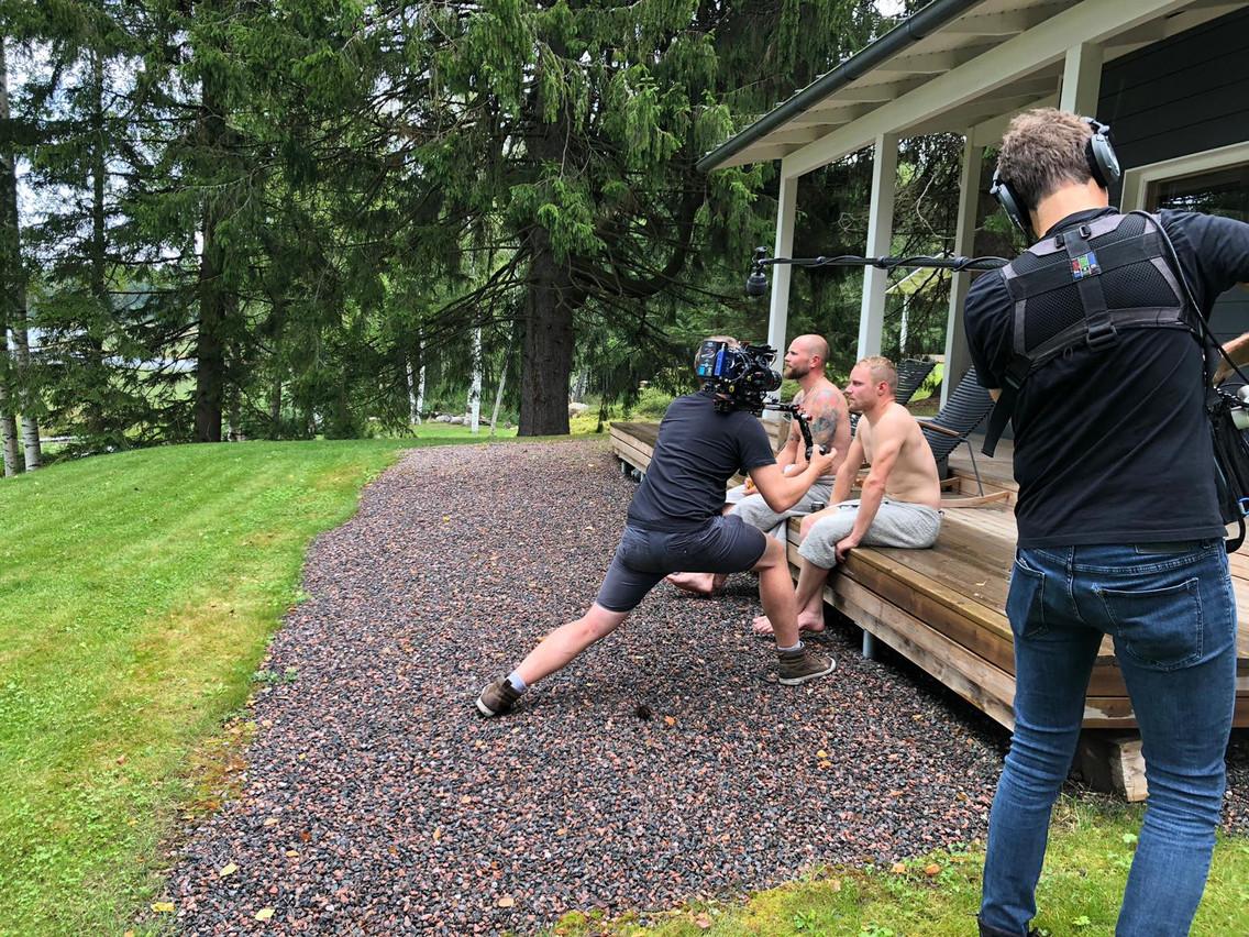 En tournage en Finlande avec le pilote Valtteri Bottas. (Photo: D.R.)