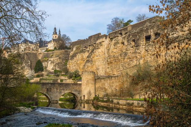 La promenade permet de s'arrêter à plusieurs points d'intérêt, dont le rocher du Bock, que le comte ardennais Sigefroi acquit, par voie d'échange avec l'abbaye Saint-Maximin de Trèves, et qui deviendra le berceau de la ville de Luxembourg.  (Photo: Shutterstock)