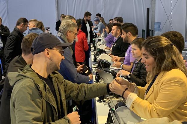 Les Luxembourgeois arrivent à l'aéroport de Lisbonne, où ils récupèrent les badges d'entrée au Web Summit. (Photo: Paperjam)
