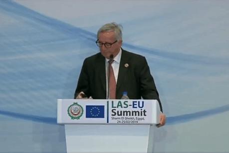 L'épouse de Jean-Claude Juncker a tenté de le joindre durant une conférence de presse. (Photo: Capture d'écran / Twitter)