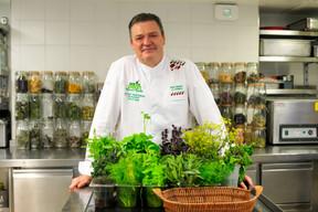 À La Distillerie, au château de Bourglinster, le chef René Mathieu et son équipe portent haut les couleurs de la gastronomie végétale, durable et locale. (Matic Zorman / Maison Moderne)