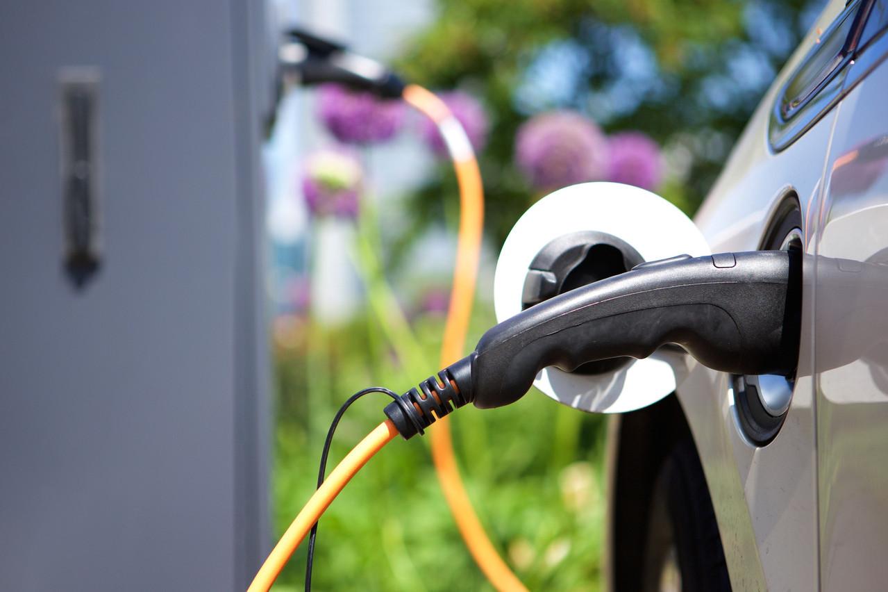 Promouvoir les bornes de recharge à domicile doit favoriser l'adoption des véhicules électriques, qui représentent encore moins de 5% des ventes actuellement. (Photo: Shutterstock)