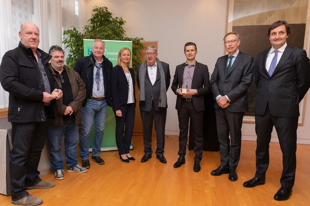 AntoineHron, cofondateur de Klin (troisième en partant de la droite) etAlainWillet, directeur du CIPA Résidence Op der Waassertrap (premier en partant de la gauche) ont remporté le premier Prix du progrès économique durable. Ils sont notamment entourés de GeoffroyBazin,CEO de BGLBNP Paribas, et de NicolasBuck, président de l'UEL et de l'INDR. (Photo: UEL)
