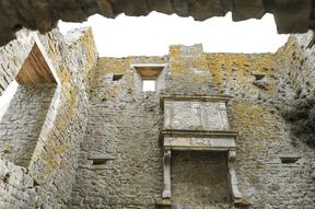 Ce qu'il reste de la cheminée témoigne du glorieux passé du site. ((Photo: Boshua))