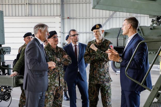 HenriKox, ici aux côtés du général Duschène, garantit que l'adjudant-chef Schleck peut exercer son mandat syndical en toute liberté à son nouveau poste. (Photo: État-major de l'armée luxembourgeoise)