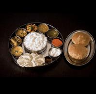 Échantillon d'un thali dans des plateaux et assiettes spéciaux importés d'Inde. ((Photo: Krishna Vilas))