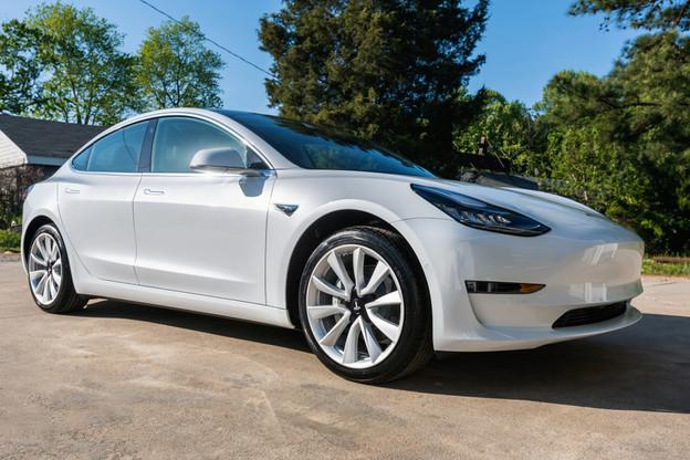 Une Tesla 3 émettrait entre 156 et 181 grammes de CO 2  par kilomètre selon l'étude, contre 109 grammes pour la dernière Mercedes classe C en motorisation diesel, une de ses concurrentes dans la catégorie des berlines moyennes premium. (Photo: Shutterstock)