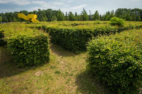 Le labyrinthe de haies du parc central au Kirchberg abrite une œuvre en son centre. (Photo: Mike Zenari/ Archives Maison Moderne)