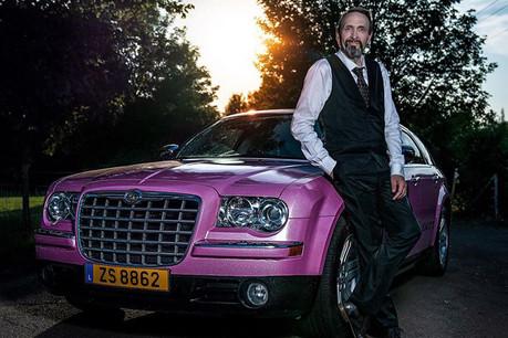 FlorentZancanella propose depuis octobre2018 de louer sa Chrysler 300C couleur rose paillette à une clientèle essentiellement féminine. (Photo: Carlo Strange / Facebook Lady's cab Luxembourg)