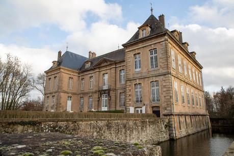 Construit en 1731, le château présente une facture classique qui a très peu changé. Il recèle une très belle collection de mobilier tandis que ses jardins bénéficient d'une très belle réputation. (Photo: Château de Manom)