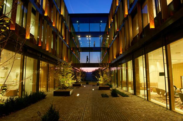 Vue d'une des cours intérieures du siège de Lalux à Leudelange. (Photo: Lalux/Archives)