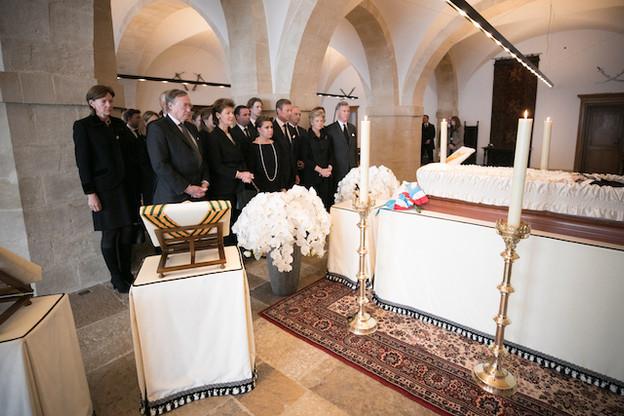 La famille grand-ducale, dimanche, dans la chapelle ardente érigée au palais. (Photo: Guy Wolff/Cour grand-ducale)