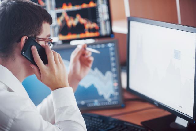 La valeur ajoutée du secteur financier s'est repliée de 2,4% sur un trimestre (-4,1% sur un an), pénalisée par les résultats des fonds d'investissements, mais aussi par la forte hausse des frais généraux de quelques banques de la Place. (Photo: Shutterstock)