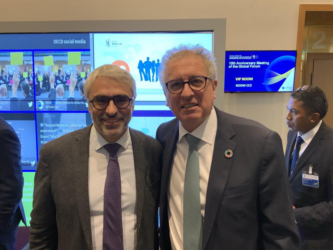 PascalSaint-Amans, directeur de la fiscalité à l'OCDE, a été remercié par le ministre des Finances, PierreGramegna, à l'occasion du 10e anniversaire du Forum mondial. (Photo: SIP / MFIN)