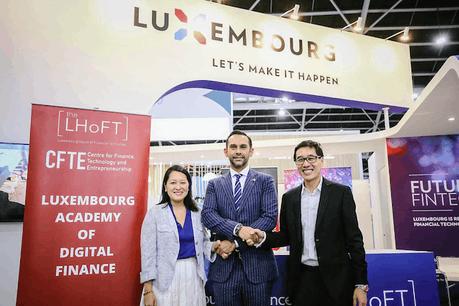 Nasir Zubairi, CEO de la Lhoft (au centre), a signé un partenariat avec les représentants du CFTE,Huy Nguyen Trieu et Tram Anh Nguyen. (Photo: Lhoft)