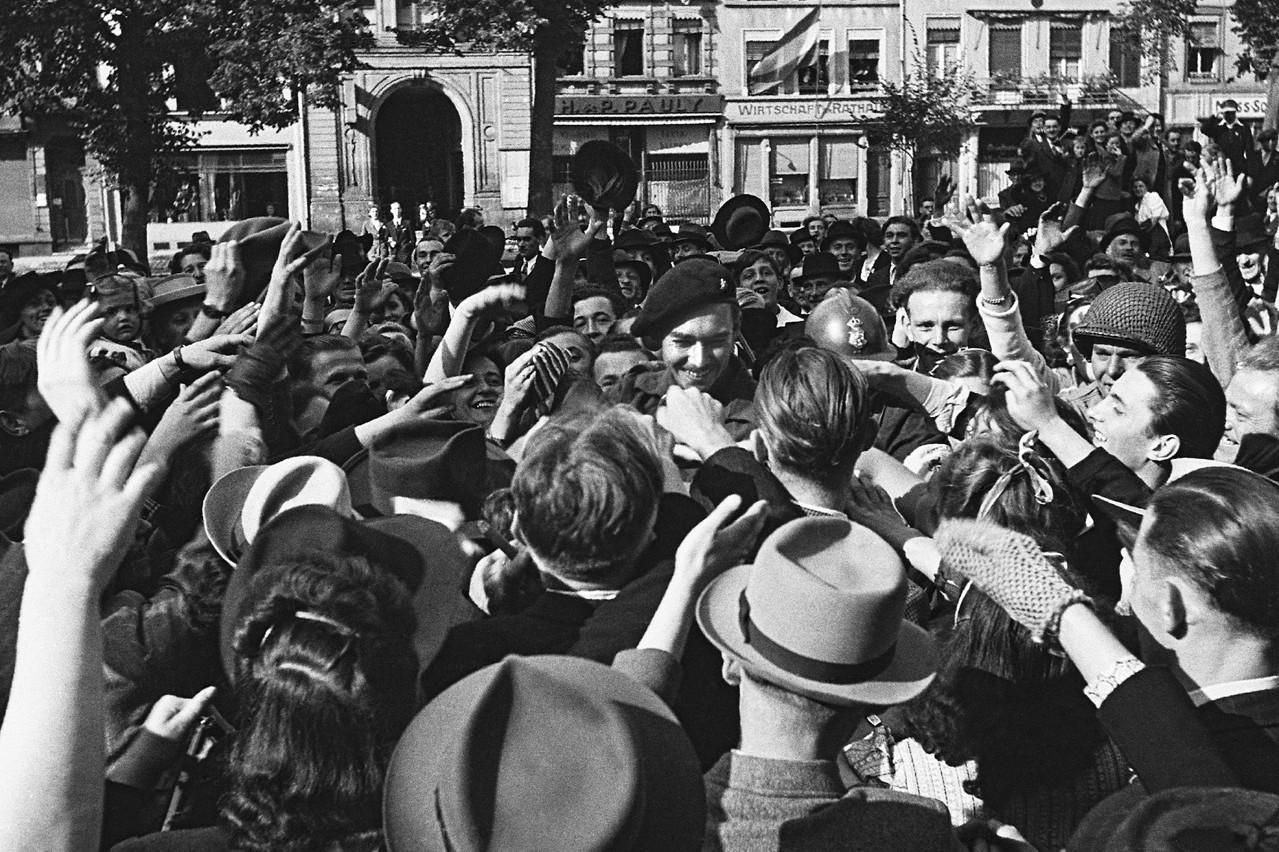 Le Grand-Duc Jean (au centre) au moment de la libération de la capitale. (Photo: Tony Krier/Photothèque de la Ville de Luxembourg)