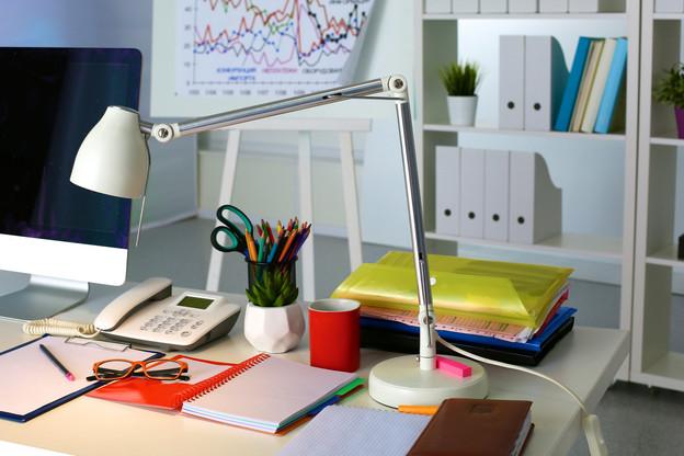 Classeurs, papier, blocs, stylos… toutes ces petites fournitures de bureau du quotidien peuvent vite, si on les cumule, devenir une source de grands impacts environnementaux. (Photo: Shutterstock)