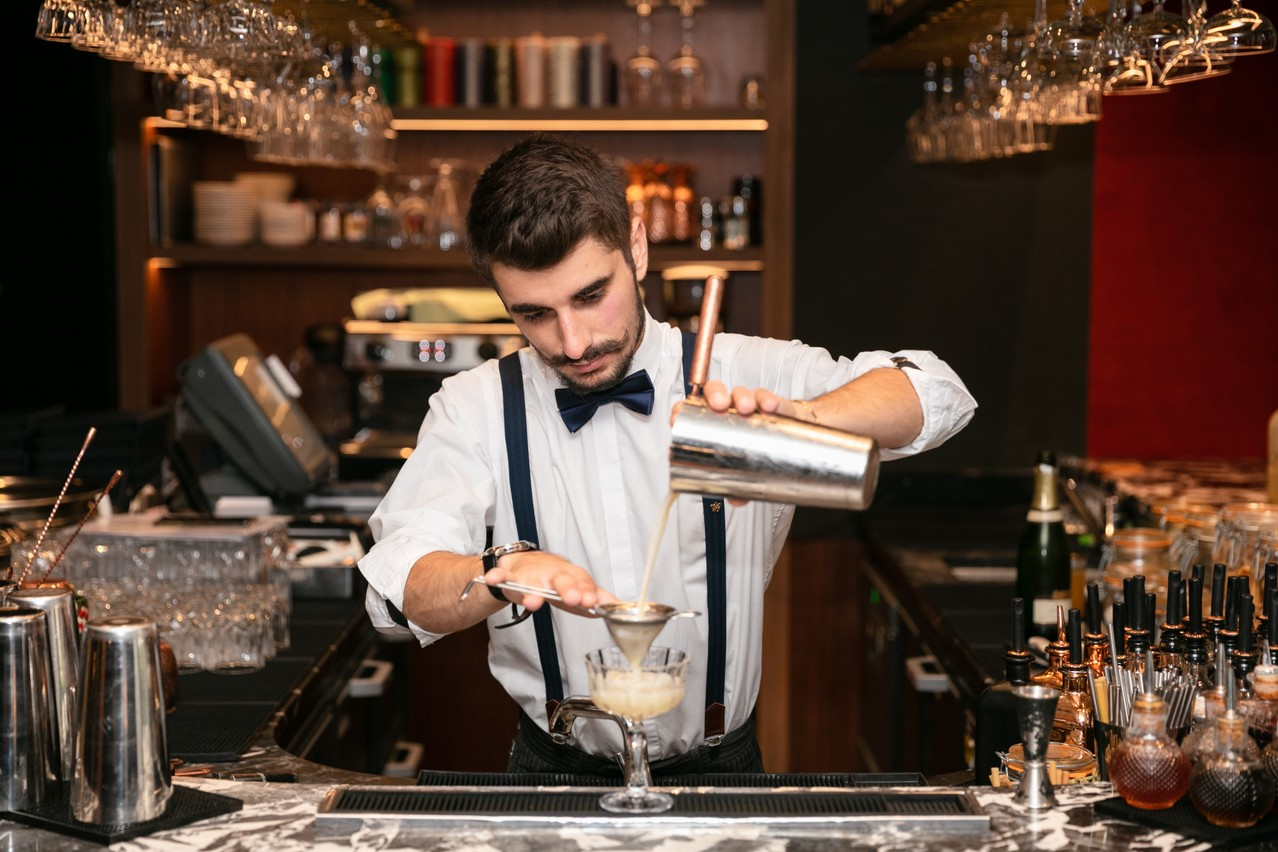 """The """"fine strain"""" results in a homogeneous cocktail and a nice foam  Photo: Romain Gamba / Maison Moderne"""