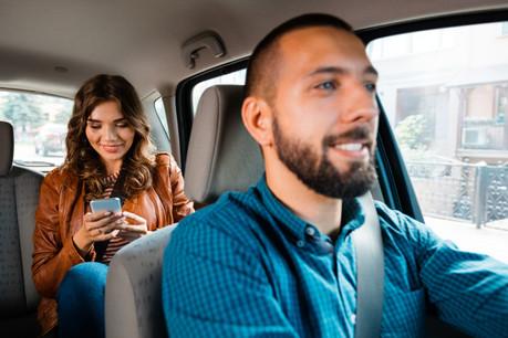 Les chauffeurs d'Uber ou de Lyft ne seront plus des free-lances au terme de la nouvelle loi adoptée en Californie. Mais des salariés. Sauf que ces «salariés» n'ont pas l'intention de se plaindre, et que cette loi pourrait rester lettre morte... (Photo: Shutterstock)
