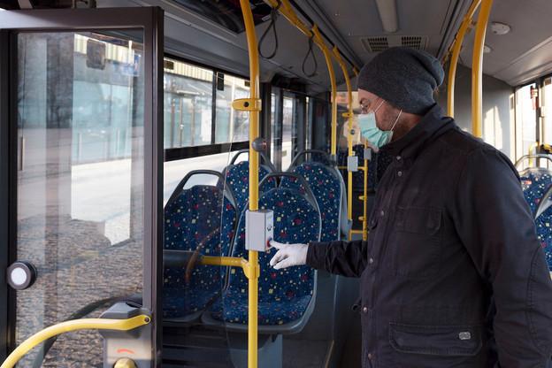 Les mesures pour lutter contre la pandémie de Covid-19, comme l'obligation de porter un masque dans les transports publics, seront prolongées au-delà de l'état de crise par les lois Covid, qui seront soumises au vote lundi prochain, malgré un agenda très resserré. (Photo: Shutterstock)