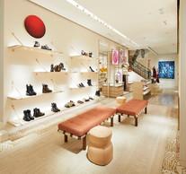 Les souliers pour femme sont présentés sur des étages aériens retenus par des sangles de cuir naturel, spécificité de Louis Vuitton. ((Photo: Stéphane Muratet/Louis Vuitton))