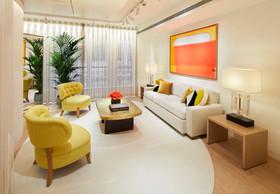 Derrière un rideau de fils, cet espace plus intime offre la possibilité d'une discussion privilégiée avec les clients. ((Photo: Stéphane Muratet/Louis Vuitton))
