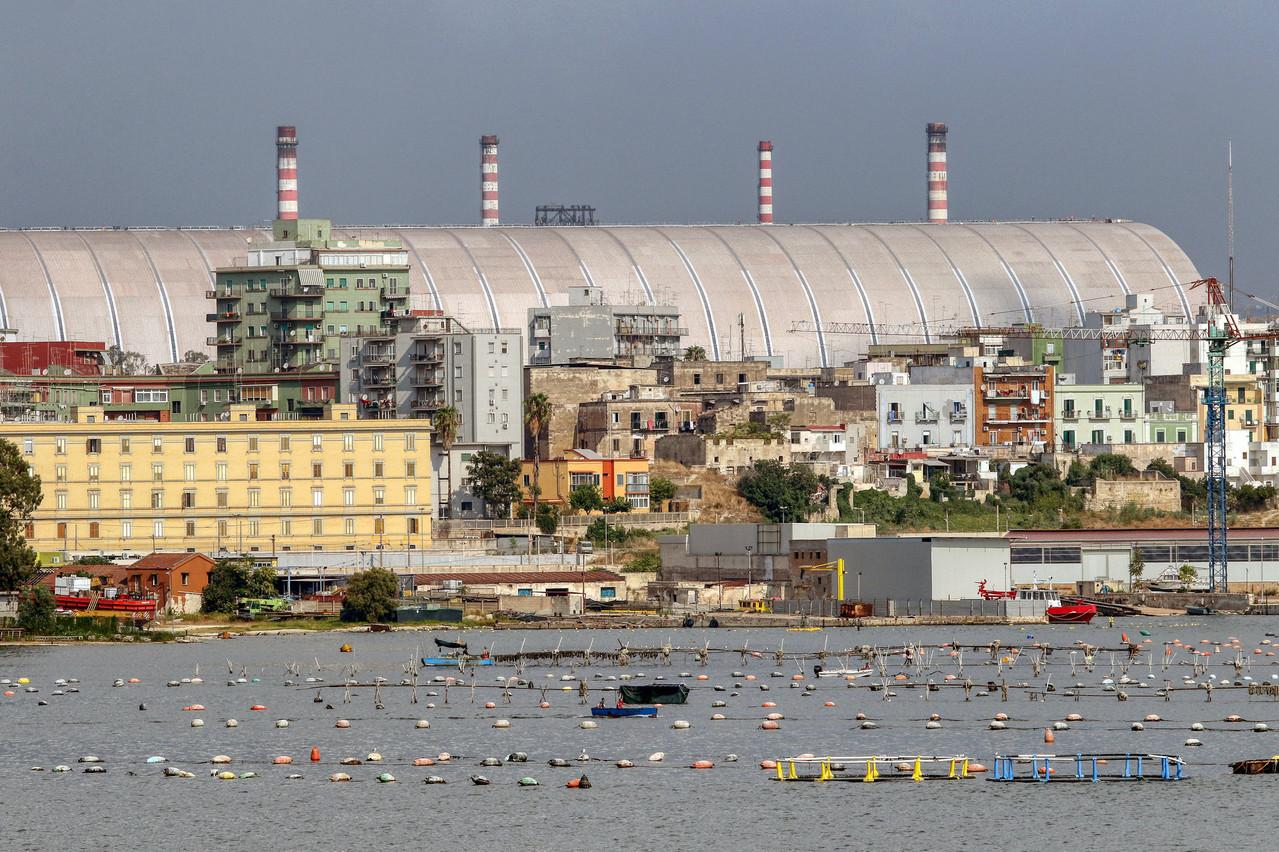 Un dôme avait été installé au-dessus d'une partie de l'usine pour limiter la pollution, à Tarente. (Photo: Shutterstock)
