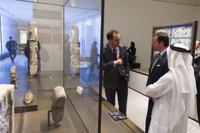 Le Grand-Duc héritier et ManuelRabaté, directeur du Louvre Abu Dhabi, pendant la visite de la délégation au musée. ((Photo: SIP/Jean-Christophe Verhaegen))