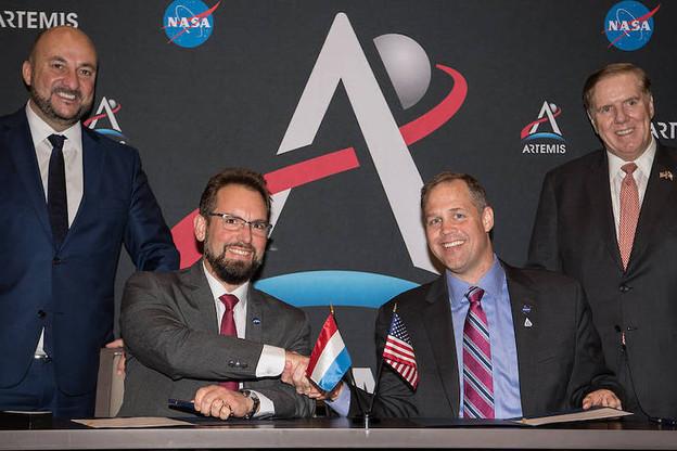 Les directeurs des deux agences spatiales, Marc Serres et Jim Bridenstine, entre le ministre de l'Économie Étienne Schneider et l'ambassadeur des États-Unis au Luxembourg Randy Evans. (Photo: Nasa/Aubrey Gemignani)