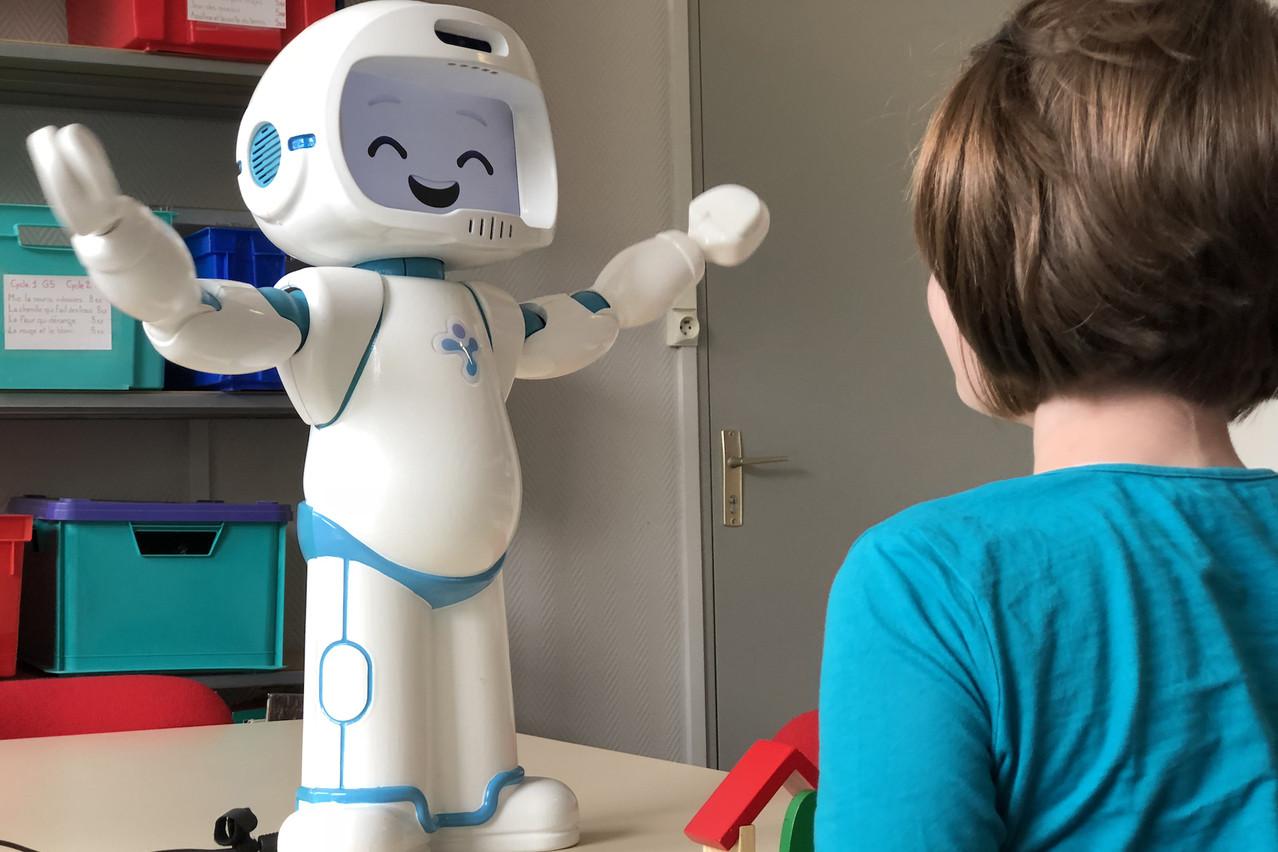 Les recherches montrent que les enfants sont plus investis et moins stressés quand l'enseignement est fourni par le QTRobot plutôt que par une personne, selon LuxAI. (Photo: Pouyan Ziafati / LuxAI)