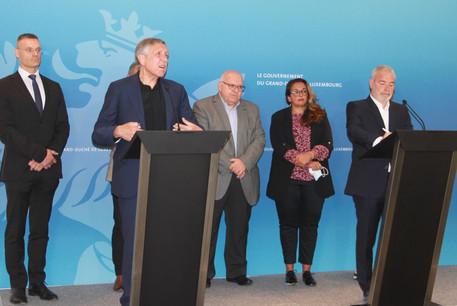 Les ministres FrançoisBausch et DanKersch ont présenté les nouvelles mesures d'accompagnement pour les salariés de Luxair en présence de NoraBack (OGBL) et de PatrickDury (LCGB). (Photo: Sip)